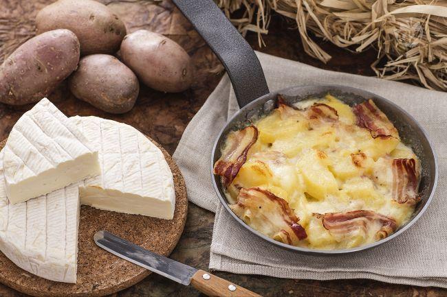La tartiflette è un piatto tipico del'Alta Savoia a base di patate condite con cipolle, lardo o pancetta e fonduta di Reblochon.