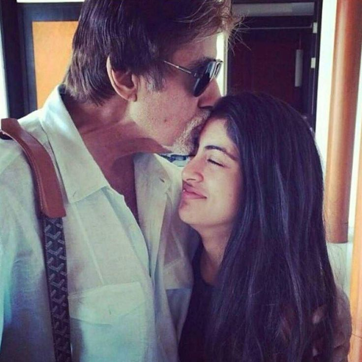 How lovely is this picture of Amitabh Bachchan with grand-daughter Navya Nanda Naveli!  #AmitabhBachchan #NavyaNaveli #NavyaNaveliNanda #celebrity #bollywood #bollywoodactress #bollywoodactor #actor #actress #filmywave