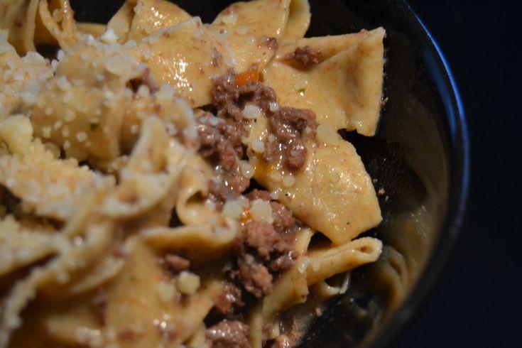 Pappardelle integrali con ragù di cervo. Uno dei primi piatti di cervo classici, da cucinare lentamente, con una pasta integrale rustica.