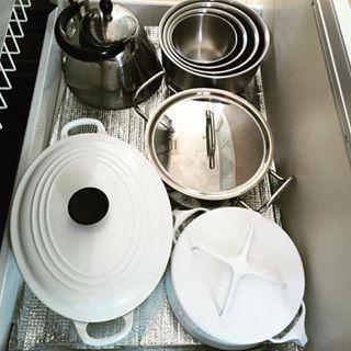 細々とした食材や器具など、キッチン周りは何かとごちゃごちゃしがちでなかなかすっきりとしないものですよね。そんな悩みを一気に解決してくれる、システムキッチンの収納術があるのでご紹介します。