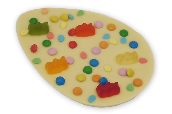 Paasei van witte chocolade met gummibeertjes en mini marshmallows