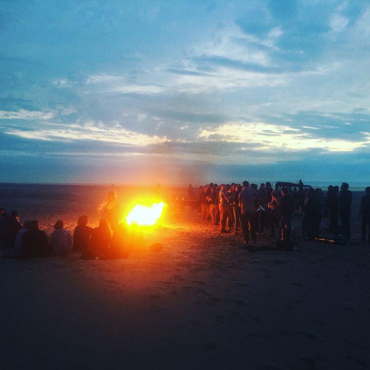 Genieten van het strand en de ondergaande zon bij een kampvuur. Op en top eilandgevoel tijdens een #bedrijfsuitje