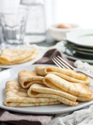 Simple ingredients and simple instructions help make these low carb crepes no-fail | low carb, gluten-free, keto, thm Xantham gum ersetzen durch gleiche Menge gemahlene Lein oder Chiasamen oder Flohsamenschalen