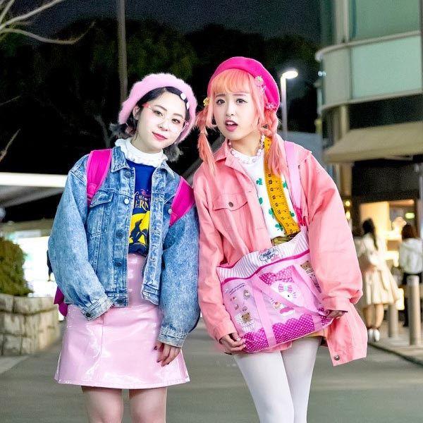 KAWAI PINK HARAJUKU STREET STYLE DENGAN HELLO KITTY, DISNEY, SPINNS & WEGO | Dunia Fashion Jepang – Cheri dan Curly, merupakan dua wanita yang mempunyai gaya super lucu, yang kita ketemui di jalan Harajuku, mereka berdua kerja di industri fashion jepang.