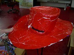 * Cowboyhoed:  door een bakje in te pakken met folie en daar papier-maché omheen te plakken, zorg ook voor een brede rand. Als het droog is kun je de hoed in model knippen