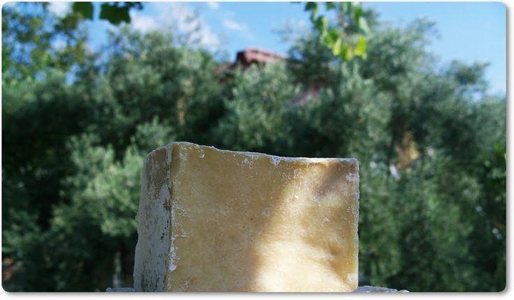 """Yüz güzelliğinin sırrı, Zeytinyağı Sabununda....""""Kirpiklerimde kepek sorunu var"""" yazıyordu bana gelen maillerin birinde.Zeytinyağı sabunumuzun, gözlerine iyi gelip gelmeyeceğini de soruyordu Sevgili Lütfiye. #handmadesoap #soap #oliveoilsoap #dogalsabun #zeytinyagisabunu #zeytinyagi #evyapimi #dogal #organic #organicsoap #organik #organiksabun #Natural #Handmade #zeytinyağısabunu #sabun #ilovepackaging #giftwrapping #paketleme #packagingidea #butiksabun#babysoap#babyshower#elyapımısabun"""