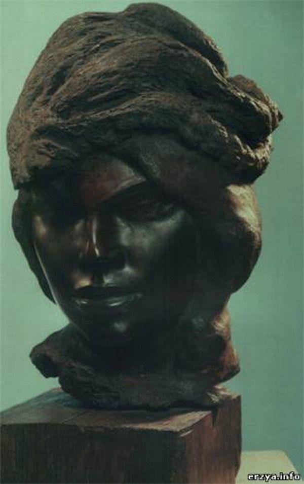 http://galik-123.livejournal.com/213125.html Женский портрет. 1949. Альгарробо. В 1950 Эрьзя вернулся в СССР. Зафрахтованный советским правительством корабль привез почти все его скульптуры - около 300, а также множество кусков древесины кебрачо и альгарробо для будущих произведений.