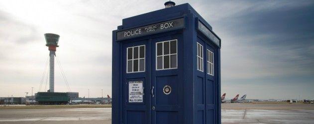 A l'occasion du cinquantième anniversaire de #DoctorWho, le #TARDIS est exposé à l'aéroport d'Heathrow de Londres
