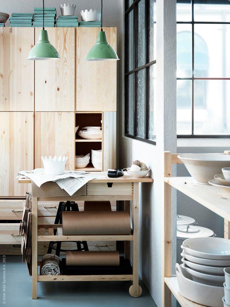 Weer eens wat anders:Een keuken van plywood.Een teveel aan vlekken verwijder je met de schuurmachine!