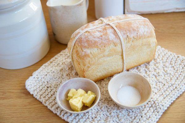 Milujete čerstvé pečivo? Recept na domácí chléb je tu. Pojďte s námi vyzkoušet recept krok za krokem.