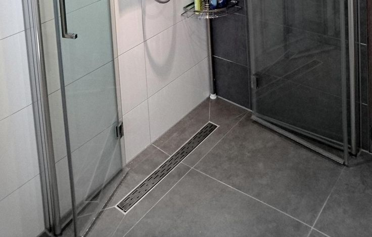 Deze compacte badkamer in Zeist is slim ingedeeld door de wegklapbare douchewanden.
