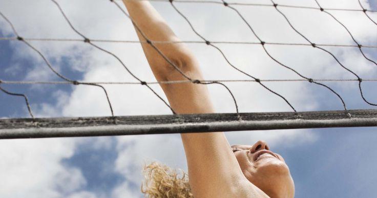 Características de un jugador de voleibol. Los entrenadores de voleibol buscan jugadores con cuerpos delgados y musculosos, un centro fuerte, un buen salto vertical, velocidad de reacción rápida y una actitud positiva. Los mejores jugadores de todo el mundo emanan una variedad de estas cualidades, incluyendo Ivan Miljkovic de Serbia y el estadounidense Gabriel Reece.