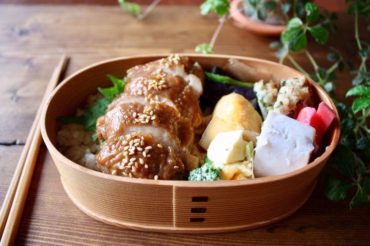 ひと口食べると ジューシーな甘辛の中に 香辛料の香りが広がる 鶏の中華風照り煮。  作るの難しそう?  いいえ! ものすごく 半端なく簡単です!  所要時間15分のレシピ ご覧あれ!