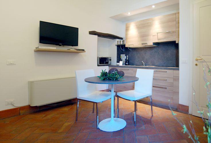 """Navona Luxury Apartments, Appartamento Standard, Elegante ed ampia suite di c.a. 32 mq, il luogo ideale per trascorrere un soggiorno indimenticabile, all'insegna della raffinatezza in un ambiente elegante e curato in ogni dettaglio. Dotata di ogni comfort, dispone di una camera da letto con letto matrimoniale, soggiorno con divano letto matrimoniale (2 posti), bagno con doccia, 2 TV 32"""", angolo cottura e piccola terrazza interna attrezzata."""