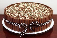 """Aprenda como fazer o bolo Kit Kiat. O bolo sensação do momento é muito mais fácil de fazer do que se imagina. O grande diferencial fica no """"visual"""" do bolo. Aqui ensinaremos a fazer e decorar."""