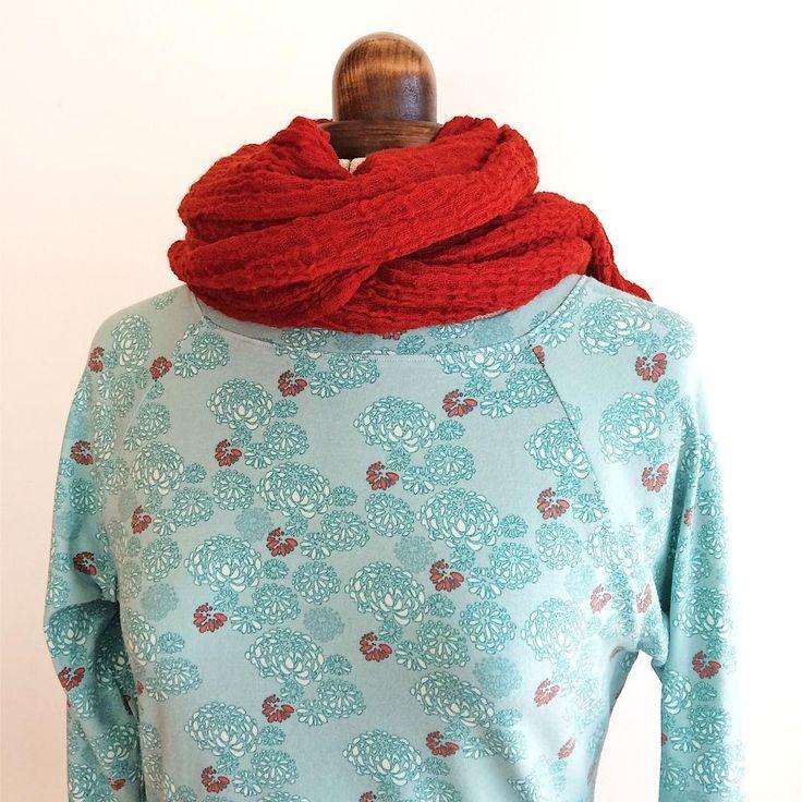 Jersey acheté chez @wefiletik et dans lequel j'ai coupé un patron de robe maison. L'écharpe en gaze de laine doit sa couleur au talent de Sylvie Carbonnet, une créatrice qui fait partie de la même coopérative d'entrepreneurs que moi. #mapolloche #filetik #coutureaddict #coodyssee #hautesalpes #myhautesalpes
