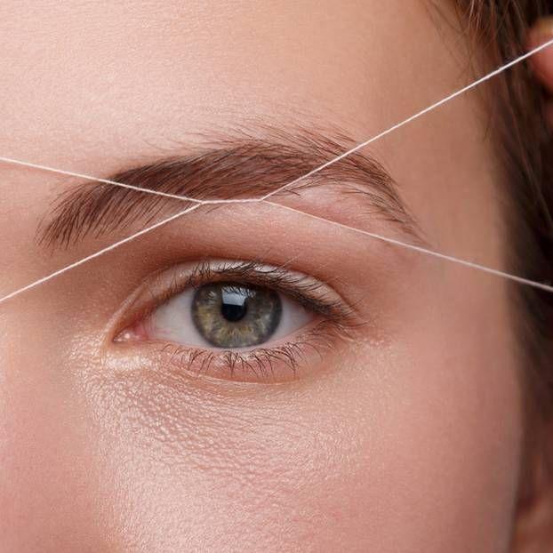 Perfekte Augenbrauen dank Fadentechnik – ein Fall für den Profi? Nicht unbedingt. Wir verraten, wie ihr selbst den Faden anlegt.