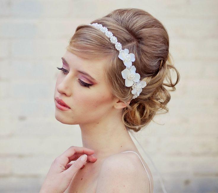Brautfrisuren mit Diadem Haarschmuck Kunstblumen