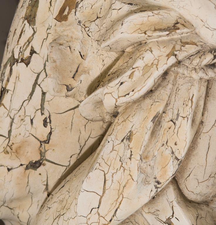 Frederik Cnockaert in atelier Kerat. Dit bedrijf restaureert oude én nieuwe kunstwerken, op doek, paneel of andere dragers. Hierbij inbegrepen: iconen, muurschilderijen en steen- gips- of houten beelden. We richten ons op particulieren, galerijen, antiquairs, musea , kerken Verschillende restauratietechnieken worden gebruikt, zoals: reiniging en retouches, herstellen van de grondlagen, behandeling van houtwormen schimmels.. Hoe wordt er concreet gewerkt ? Een kunstwerk met liefde en…