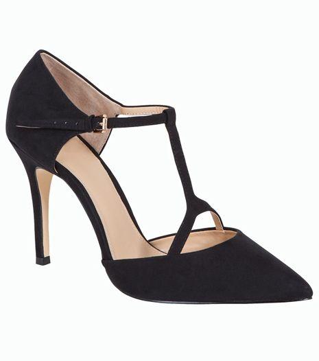 Hegyes orrú, magas sarkú, fekete cipő, ami ideális irodai viselet. Ceruzaszoknyával és kedvenc blúzossal párosítsd.