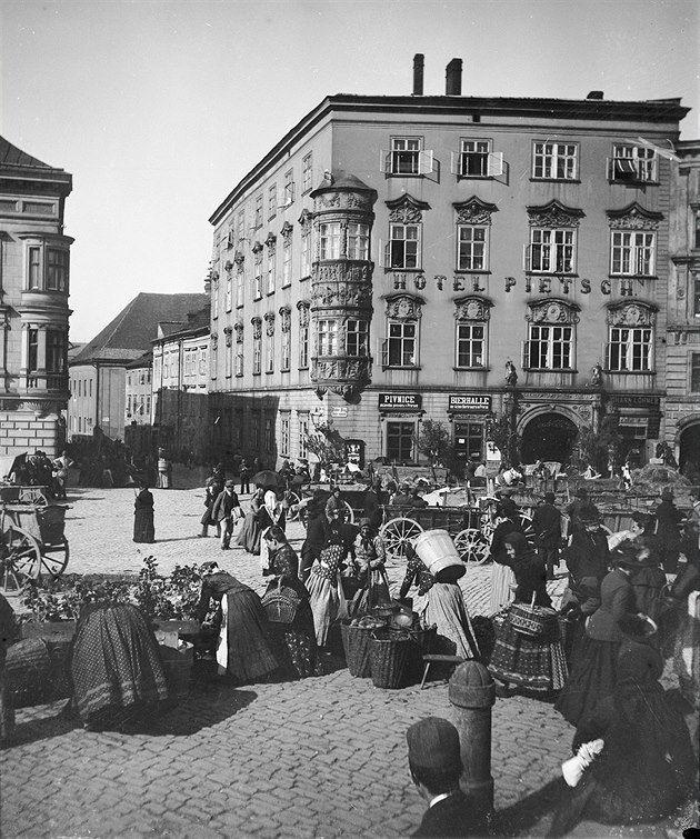 Trh a hotel Pietsch na olomouckém Dolním náměstí kolem roku 1890