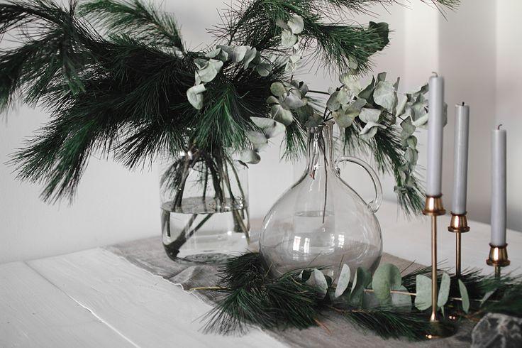 Der Adventskalender steht, die Lichterketten sind angebracht und hier und da steht etwas Weihnachtsdeko – ganz nach dem Motto festlich, aber nicht kitschig. Genau so soll auch der Tisch zum Weihnachts-Dinner aussehen. Plant ihr ein eigenes Weihnachtsessen und sucht ihr noch nach ein paar Ideen und schönen Sachen? Im heutigen Video zeigen wir euch, wie …