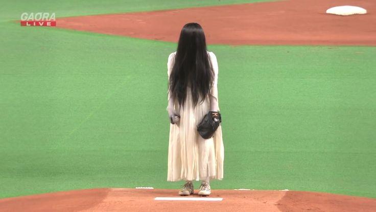 Aller on continue avec la promotion du film Sadako Vs Kayako. Après les diverses pubs Tv, les animations dans certaines chaines de restaurants, le compte Instagram de Kayako et Toshio et j'en passe, les deux héroïnes de films d'horreur les plus célèbres du Japon ont fait une apparition lors du match de baseball qui opposait les Hokkaido Nippon-Ham Fighters aux Tokyo Yakult Swallows.