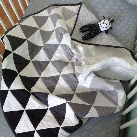 Je baby zal hou van de soft-touch en het warme gevoel van dit moderne, handgemaakte quilt gedaan in een vet, grijze de ombre print stof exclusief voor onze winkel. 100% katoen quilter van stof is machine gewatteerde om echt de driehoekige vormen. Volledig omkeerbaar, de achterkant van het dekbed beschikt over een mooie bleke grijs gearceerd afdrukken, en het hele dekbed is uiteengezet in een houtskool rand.  Elke zijde van het dekbed is een solide stuk van stof (dit is niet een lappendeken)…
