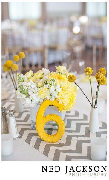Chemin de table à motif et petits pompoms jaunes dans vase blanc, très simple et joli