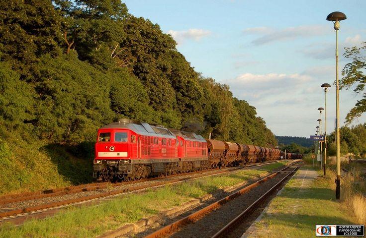Тепловозы 232 686 and 232 416 (ТЭ109) тянут тяжелый поезд с гравием в Маркзуль (Marksuhl), Германия