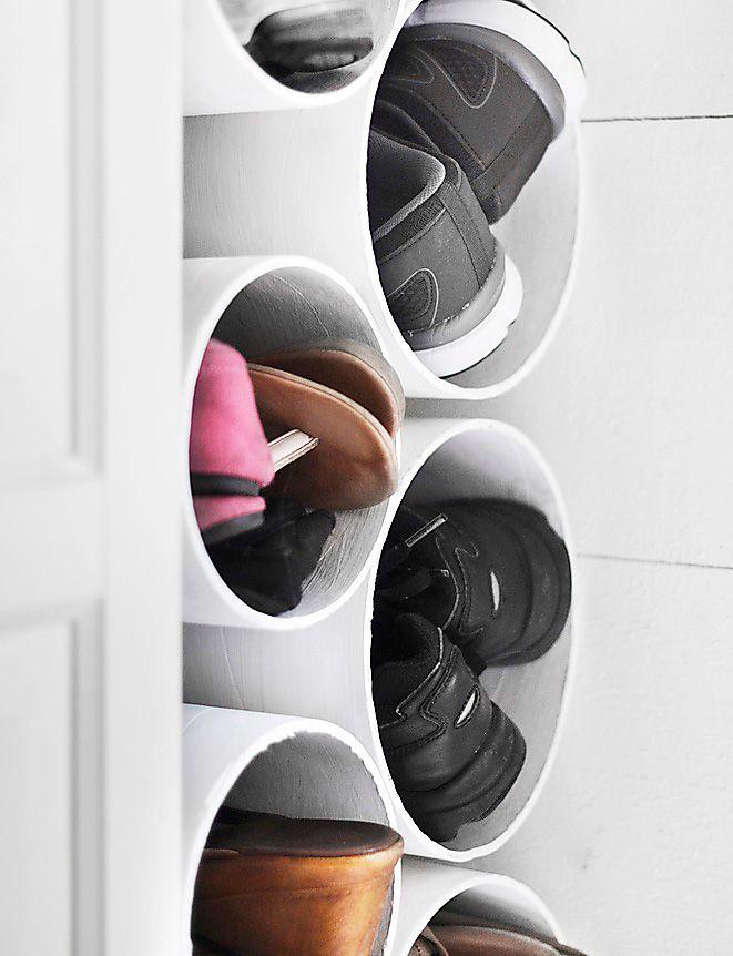 Utnyttja ett trångt utrymme genom att skapa en praktisk skoförvaring i ett nafs! Köp gjutrör (gärna i olika storlekar så både stora och små skor får plats) i papp på byggvaruhandeln för cirka 49 kr/120 cm rör. Såga i önskade längder som här, 30 cm. Måla vita. Sedan är det bara att stapla. Rören kilar in sig och blir stadiga i det smala utrymmet, så de behöver inte skruvas fast.