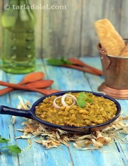 """Lobhia beans are called """"chawli"""" in hindi and that is where this dish gets its name. Chawli beans are served in a gravy that is flavoured with tomatoes, mint and kasuri methi."""
