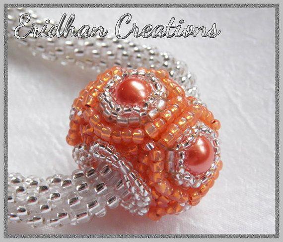 Le tutoriel est en anglais seulement.  Un modèle pour un noyau de perles perle, avec un trou assez grand pour une corde de perles au crochet (taille 11 perles dans une rangée de 5-6), un cuir ou un cordon de cire. Combiner un peu différentes perles pour un collier unique ou utiliser tout simplement comme un pendentif simple - les possibilités sont limitées à votre imagination seulement ! :)  La pièce finie mesure 2 cm (0,79) x 2,8 cm (1,10)  Le tutoriel est une instruction détaillée étape…