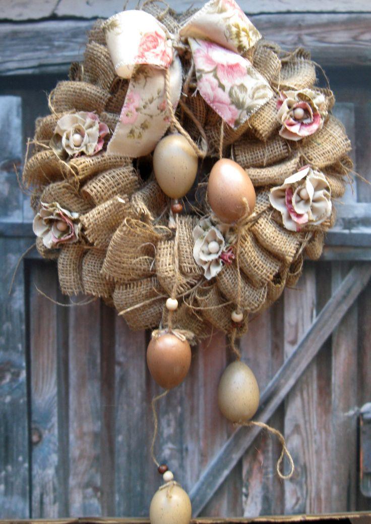 Chalupářské Velikonoce Velikonoční věneček s jutou, umělá vajíčka, růžičková látka, průměr 30 cm.