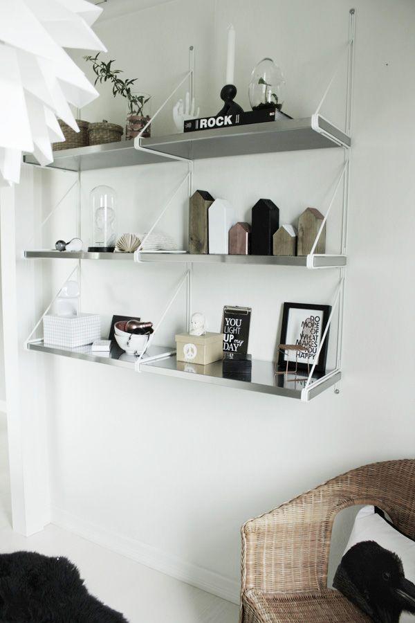 hylla ikea, stringhylla, inredningsdetaljer i hylla, renoverad hall, hall i vitt, korgstol i hallen. svart fårskinnsmatta