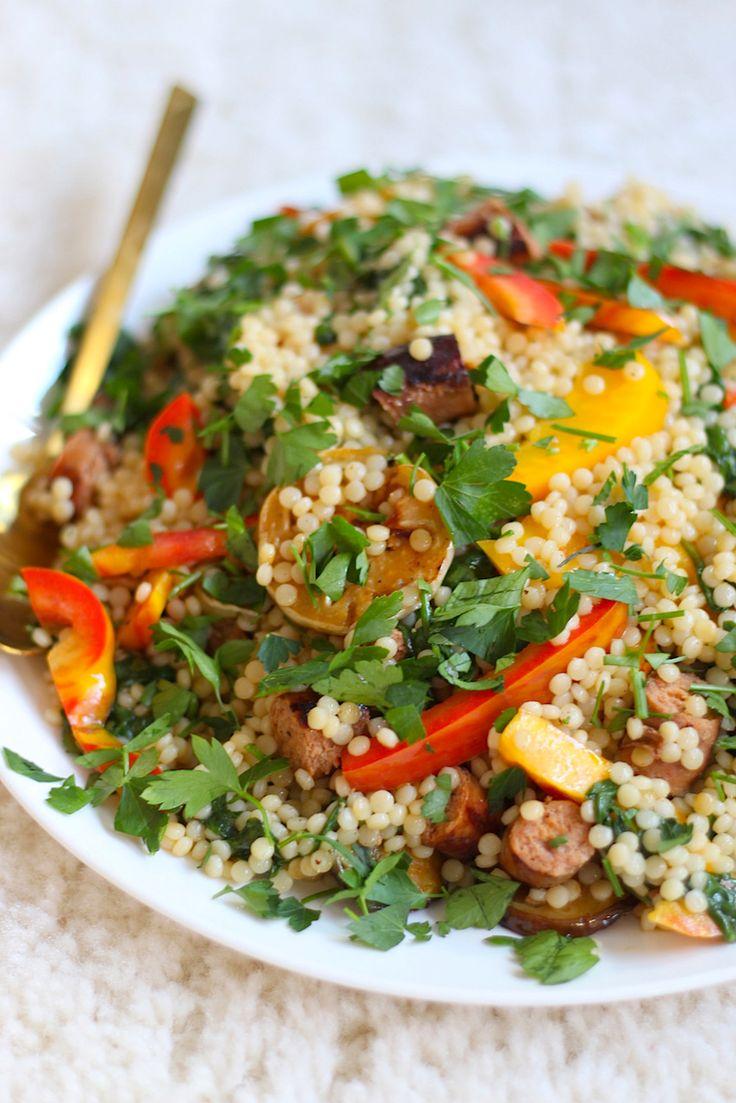 Een salade van parelcouscous maken als lunch of lichte avondmaaltijd? Hier vind je een recept met aubergine, paprika, lamsworstjes en tomaatdressing.