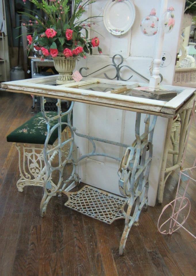 Mesa com pés de máquina de costura e tampo de janela antiga