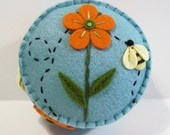 Lindo alfiletero con aplicaciones y detalles bordadosPincushions Parade, Pin Cushions, Felt Crafts, Needle Crafts, Pincushions Stuff, Gardens Flower, Orange Flowers, Needle Cases, Flower Pincushions