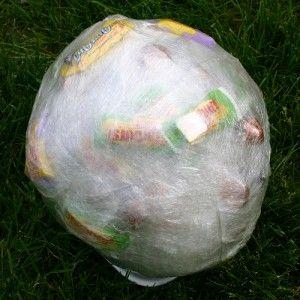Le ballon de bonbons est un jeu alternatif idéal pour offrir des cadeaux à un groupe d'enfants et même d'ados, pratique pour Noël ou d'autres fêtes. Si vous souhaitez offrir quelques gourmandises à un groupe c'est une façon de le faire très amusante et le jeu du ballon de bonbons ...