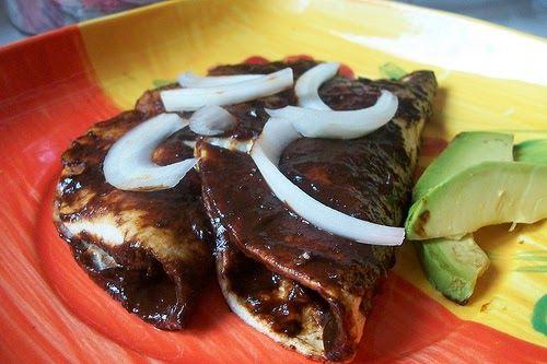 Mes patrio y seguimos con recetas mexicanísimas       Esta vez les traigo unas enchiladas diferentes, muy ligeritas y con un relleno muy san...