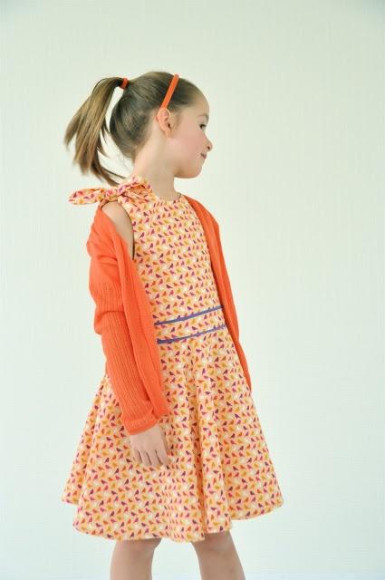 kleedje met strik op schouder