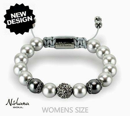 Ein Perlenarmband mit echten Swarovski-Perlen und Himalaja Kristallen. Die silbergrauen Perlen sind sehr elegant und sind mit einer Kristall-Perle (schwarze Kristalle) perfekt ergänzt.