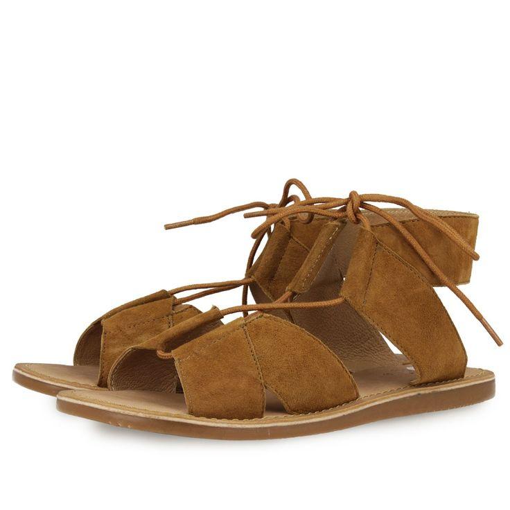 Sandalias de tiras anchas de piel en marron camel con cordones del mismo color para atar con lazada frontal. Corte, forro y plantilla en piel.