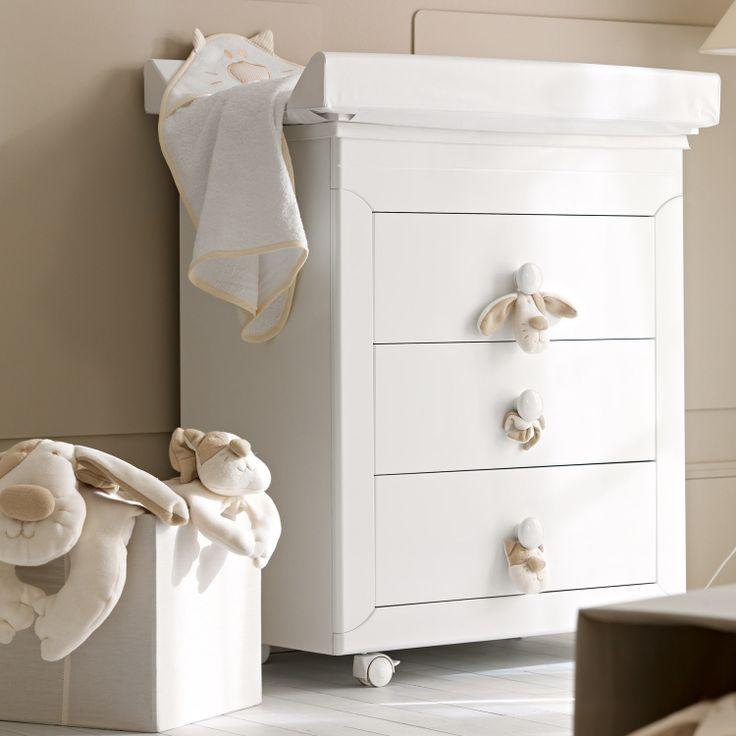 Dieser Baby Wickeltisch bietet eine gepolsterte Auflage und eine Badewanne, die sich im Inneren befindet.