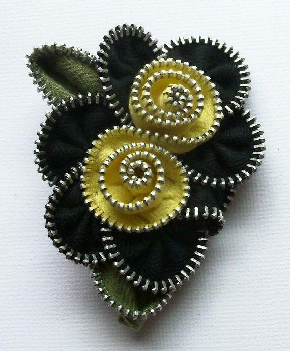 Artículos similares a Broche Floral negra y amarilla flor Multi / cremallera Pin por ZipPinning 2563 en Etsy