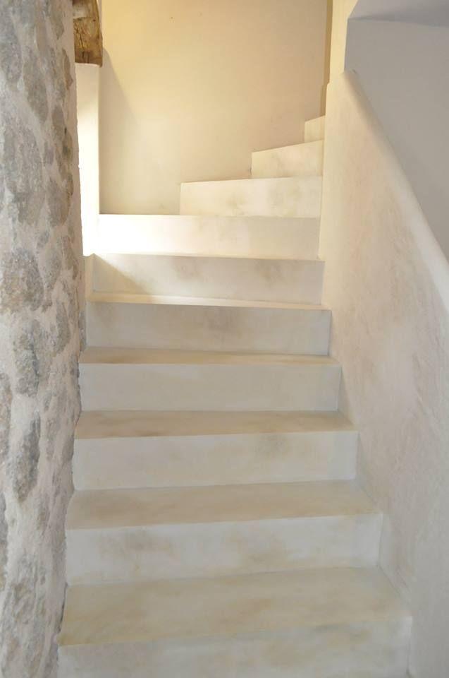 Dekorativní cementová stěrka použitá na schodišti domu v rustikálním duchu.  Více na: http://www.izolace-ecobeton.cz/cementove-sterky/