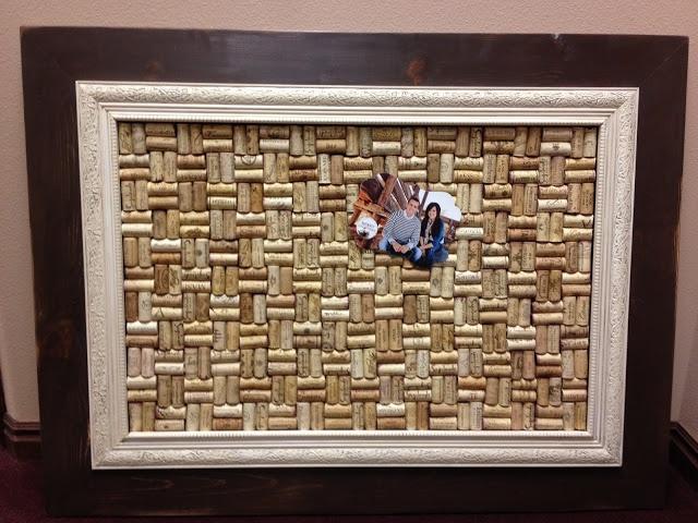 un cadre avec bouchon de li ge qui peut servir de babillard pour la cuisine frame wine cork. Black Bedroom Furniture Sets. Home Design Ideas