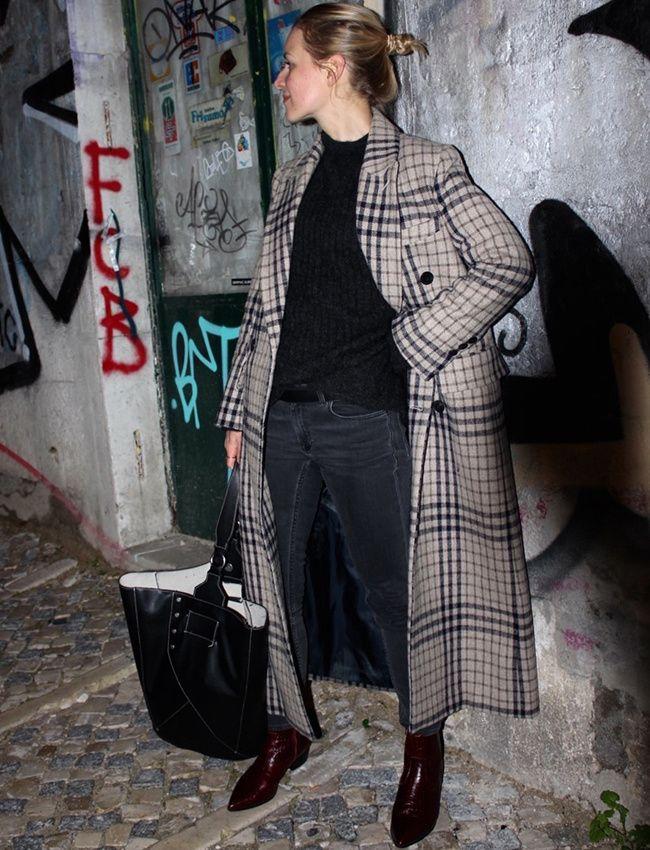 Long manteau à carreaux + look près du corps = le bon mix