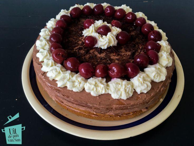 Kersen en chocolade zijn wat mij betreft een gouden smaakcombinatie. Deze kersen chocolade taart moet je dan ook zeker eens proberen!