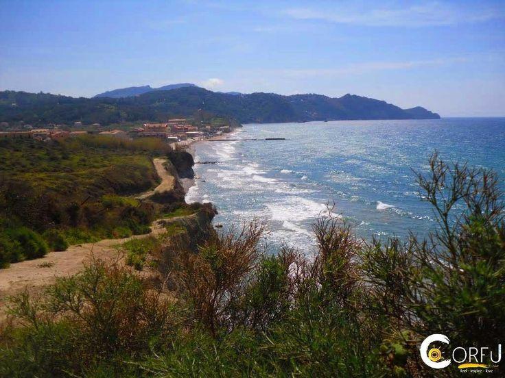 Μια θαυμάσια παραλία, από τις πιο ήσυχες της Κέρκυρας, με βότσαλο και πετραδάκι. Ο Αρίλλας έχει βραβευθεί με γαλάζια σημαία και διαθέτει εγκαταστά...